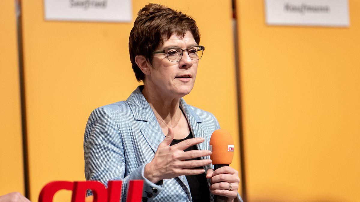 CDU-Vorsitzende Annegret Kramp-Karrenbauer spricht auf einer Bühne, in der Hand ein Mikrophon, vor ihr die Buchstaben des Parteilogos ihrer Partei.