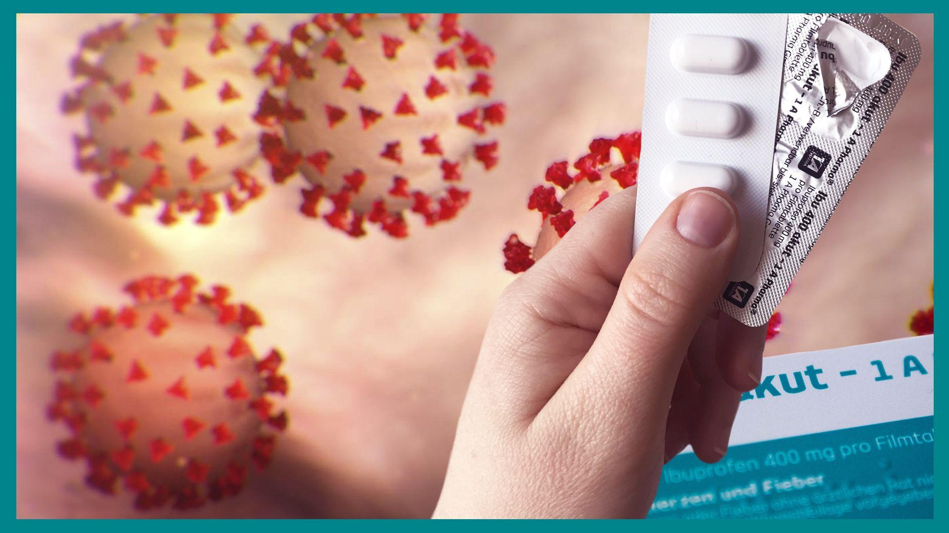 Eine Hand hält ein Blister Ibuprofen. Im Hintergrund befinden sich grafische Darstellungen von Coronaviren.
