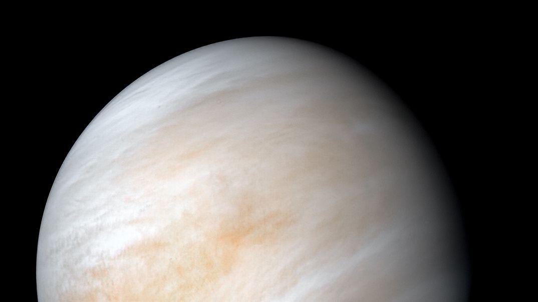Ein Bild der Venus, bzw. ihrer Atmosphäre, ursprünglich aufgenommen von der NASA-Raumsonde Mariner 10.