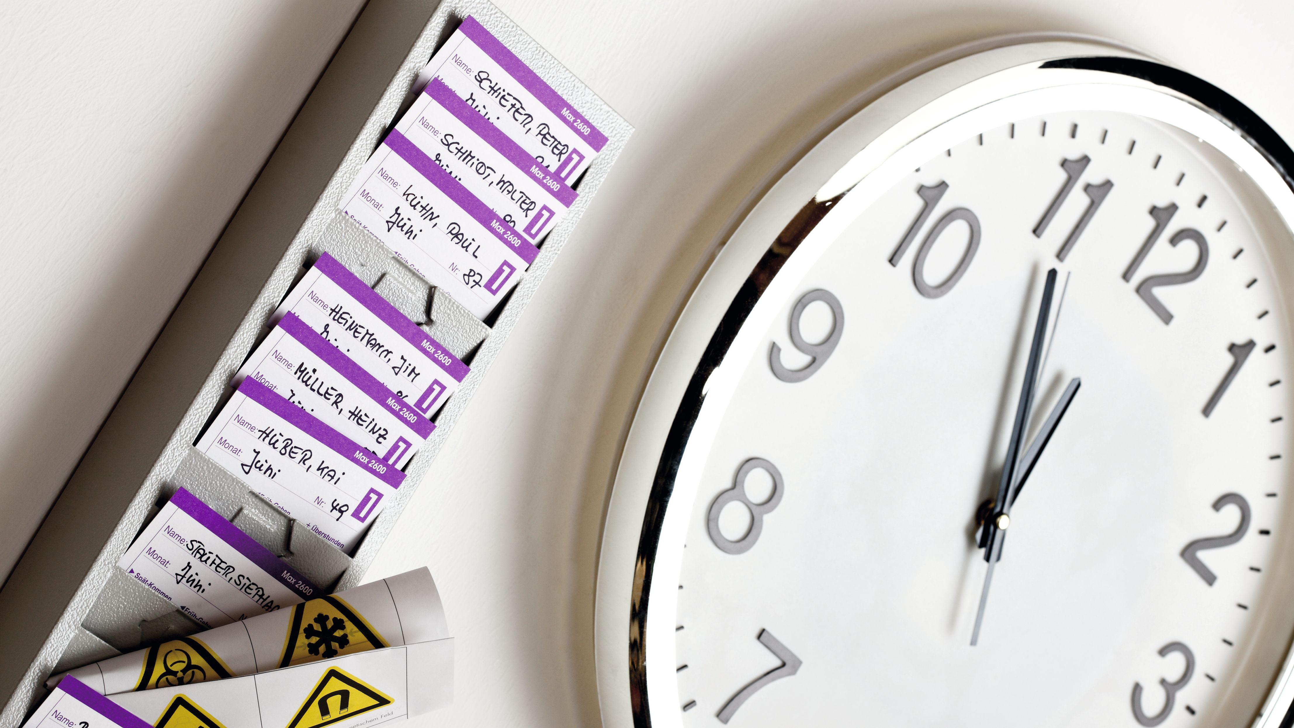 Uhr in Betrieb mit Zeitkontenkärtchen von Mitarbeitern