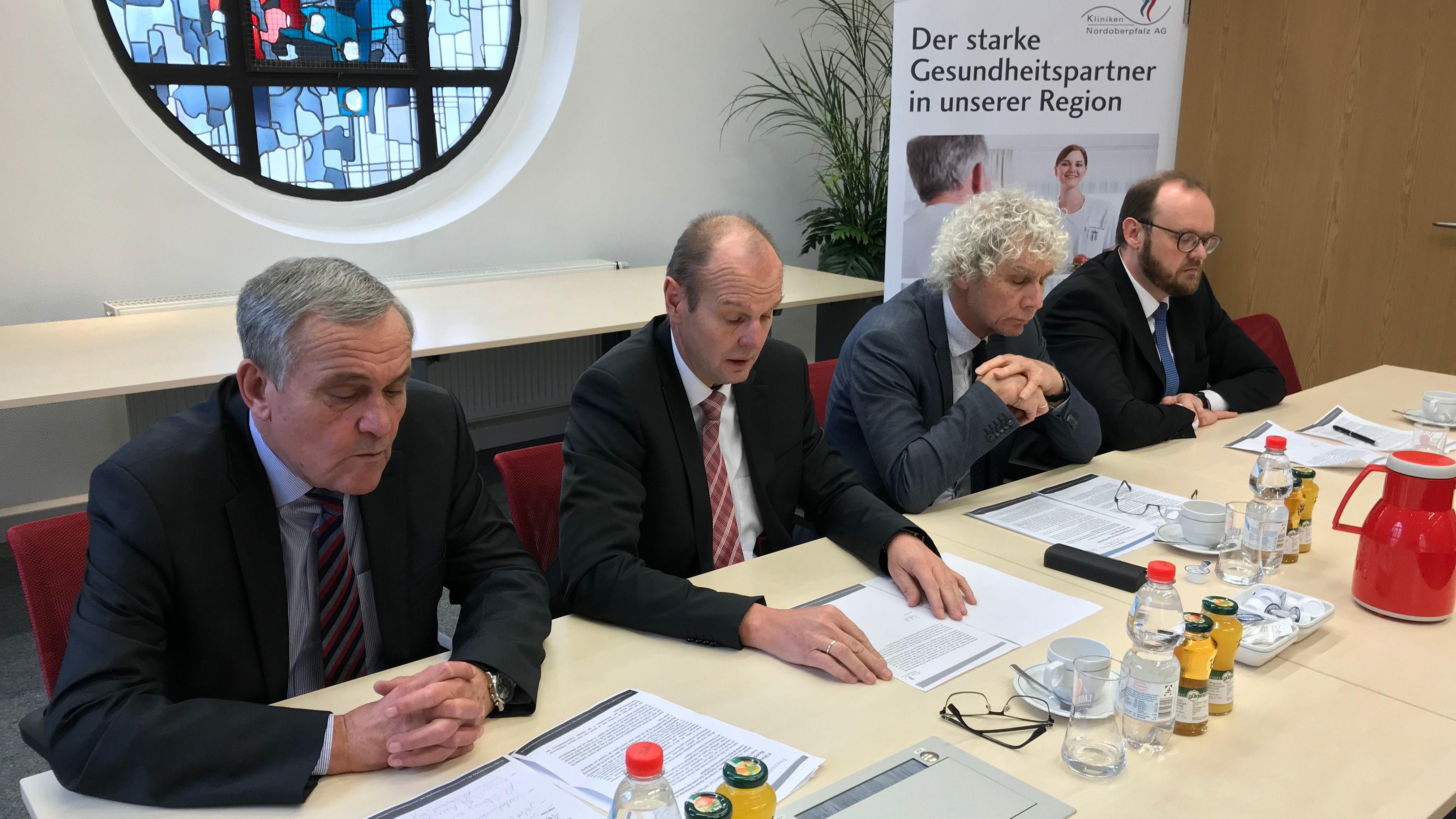 Josef Götz (Zweiter v.li.) tritt als Vorstand der Kliniken Nordoberpfalz AG zurück