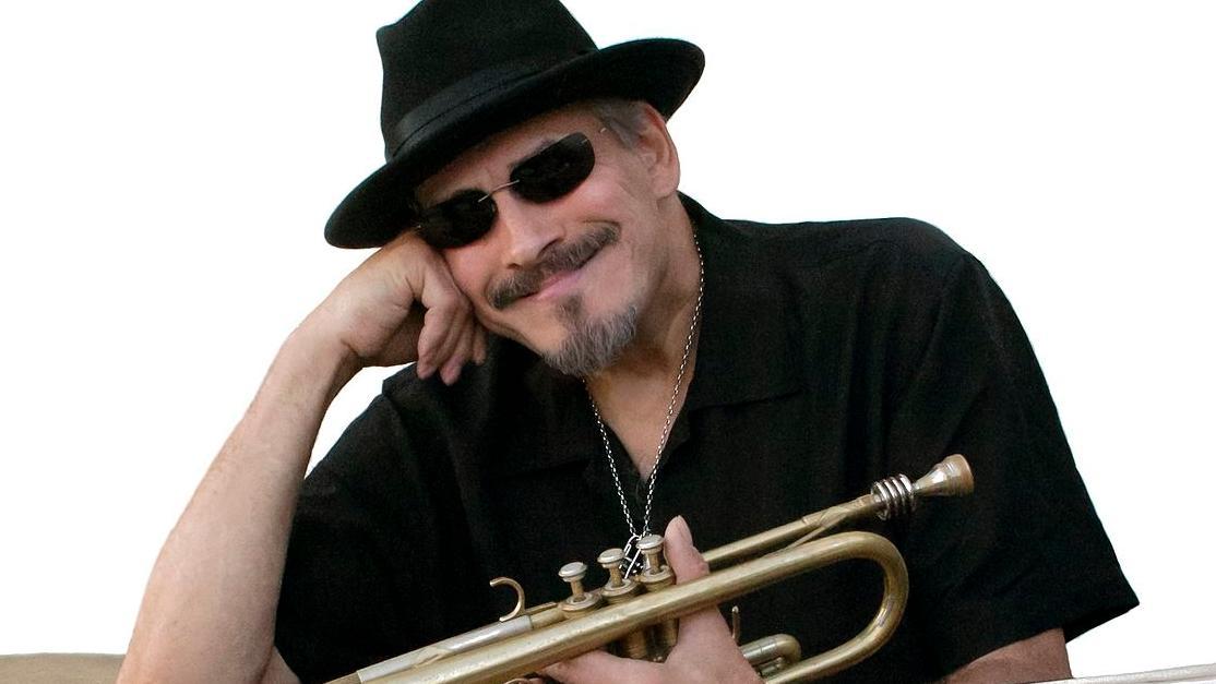 Der Musiker Jerry González mit seiner Trompete