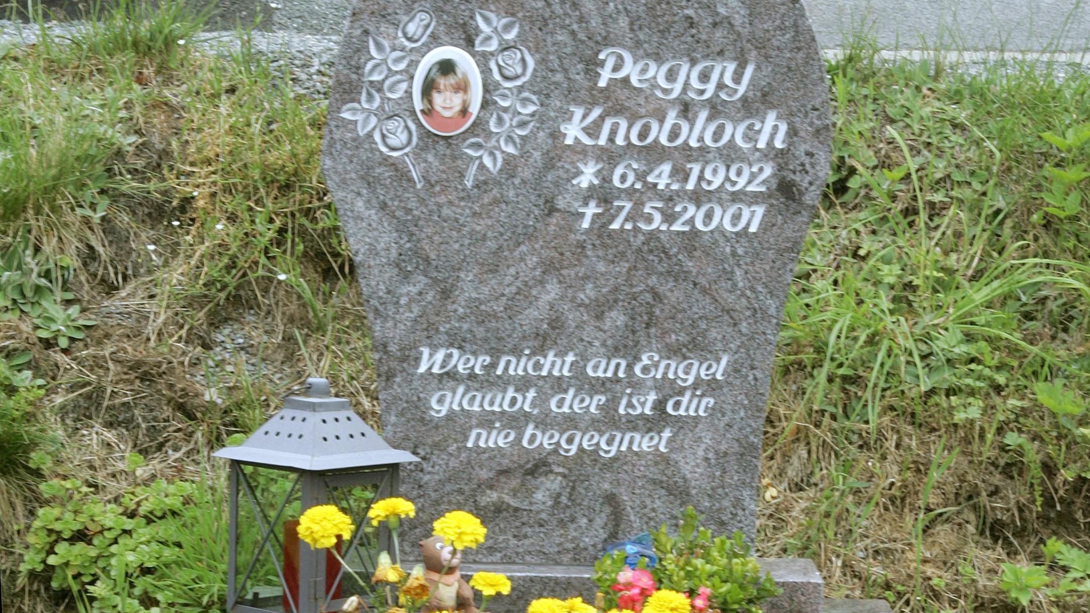 Auf einem Friedhof steht der Grabstein der damals 9-jährigen Peggy