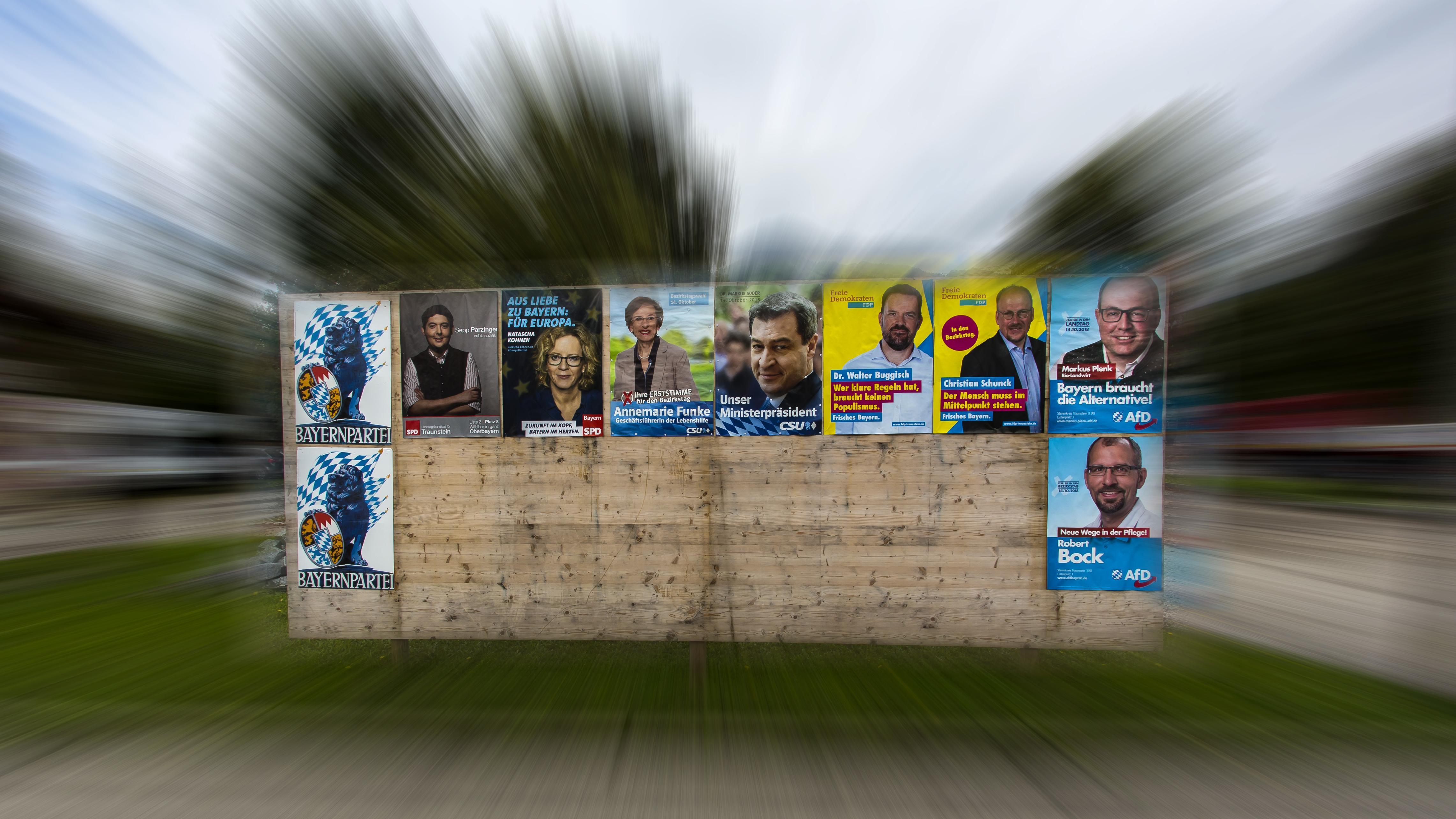 108885565Beschreibung:Wahlplakate der Parteien zur Landtagswahl 2018 in Bayern sind an einer Straße im Bezirk Traunstein zu sehen