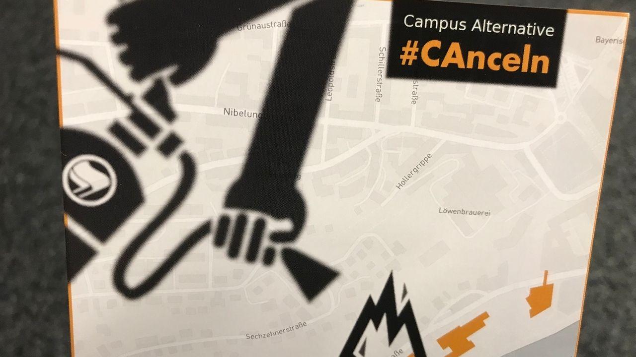 Auf Plakaten rufen Studenten zum Widerstand gegen Faschisten und Campus Alternative an der Uni Passau auf