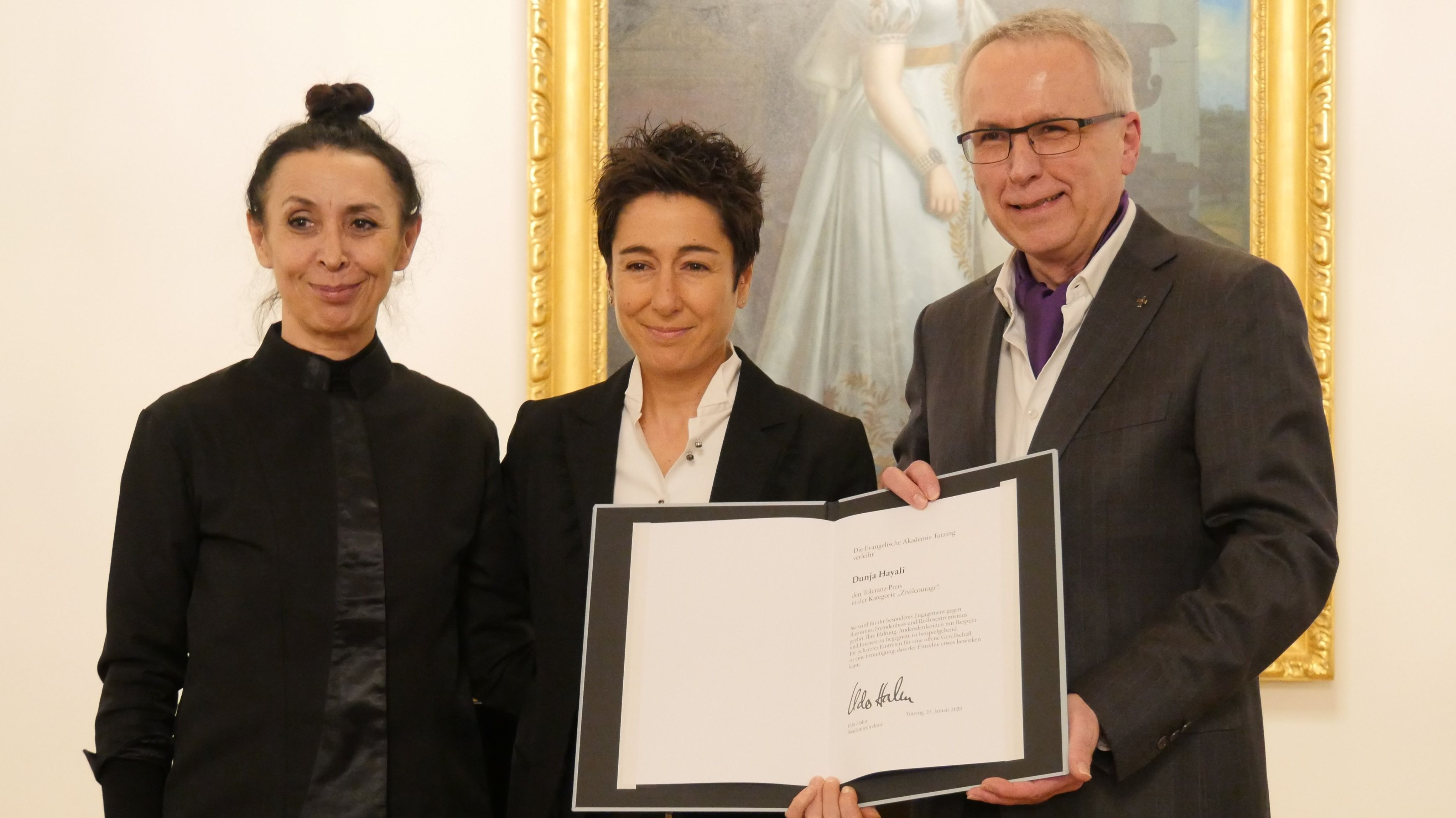 Shermin Langhoff, Dunja Hayali und Udo Hahn bei der Preisverleihung des Toleranz-Preises für Zivilcourage in Tutzing am 25. Januar 2020. mit Urkunde.