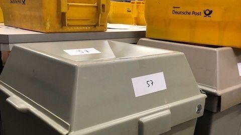 Die Wahlurnen für die Wahlbriefe im Keller des Deggendorfer Rathauses.