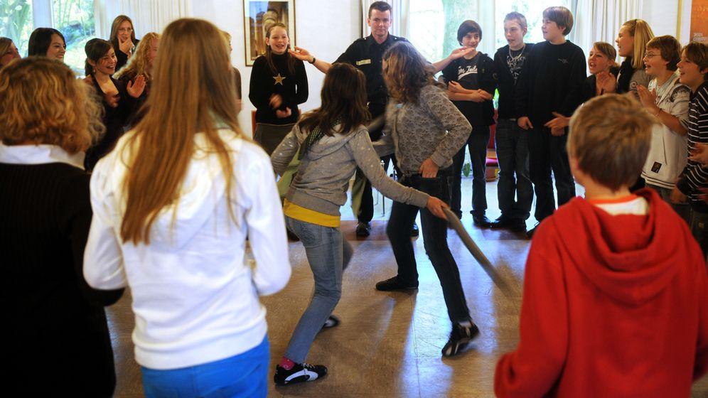 Symbolbild einer Gewalt-Präventionsübung an der Schule   Bild:picture-alliance/ dpa