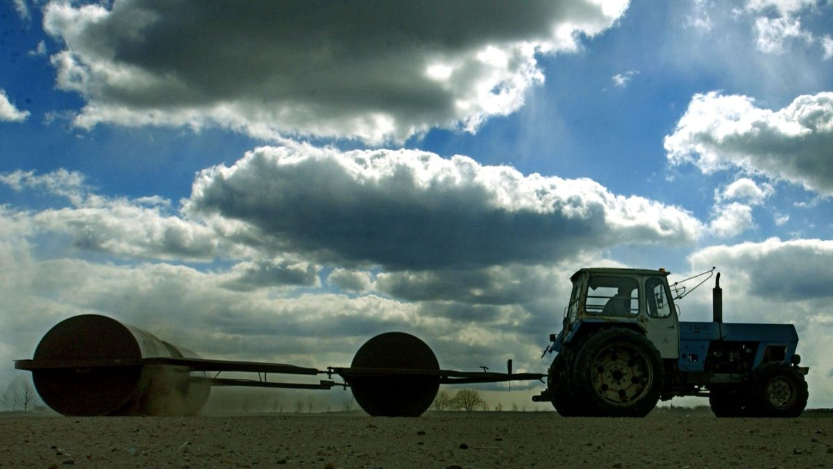 Traktor mit Walzen verdichtet den Boden
