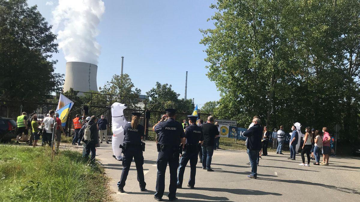 Rund 40 Befürworter der Kernenergie demonstrieren vor dem Kernkraftwerk Isar2 für den Weiterbetrieb der deutschen Kernkraftwerke.