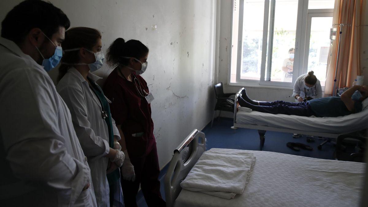 """Medizinstudenten bei der Visite im griechischen Corona-Hauptkrankenhaus """"Sotiria""""."""