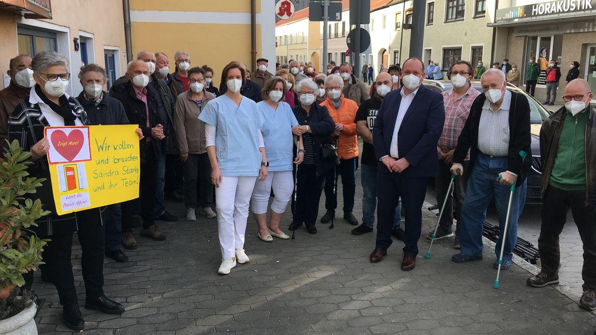 Solidaritätskundgebung für Sandra Starkes Arztpraxis in Geiselhöring.