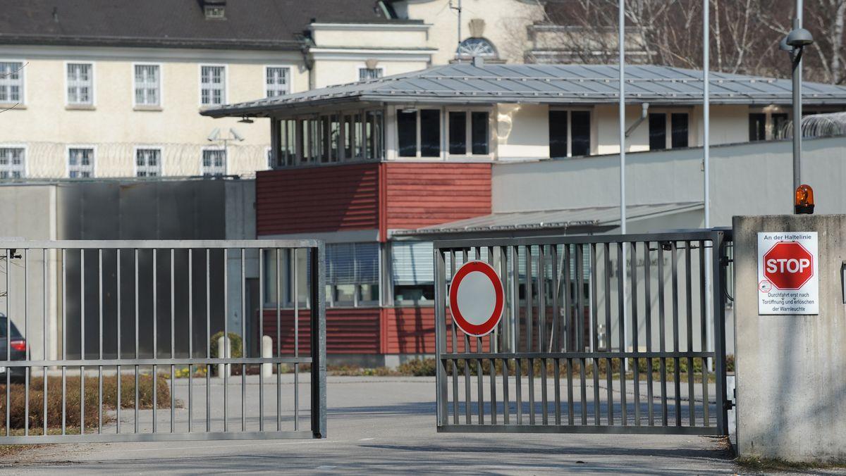 Das Tor zur Justizvollzugsanstalt in Bernau am Chiemsee öffnet sich.