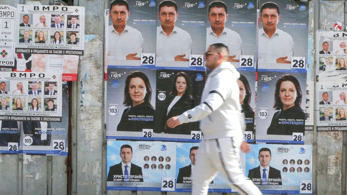 Ein Mann läuft an Wahlplakaten in Bulgarien vorbei
