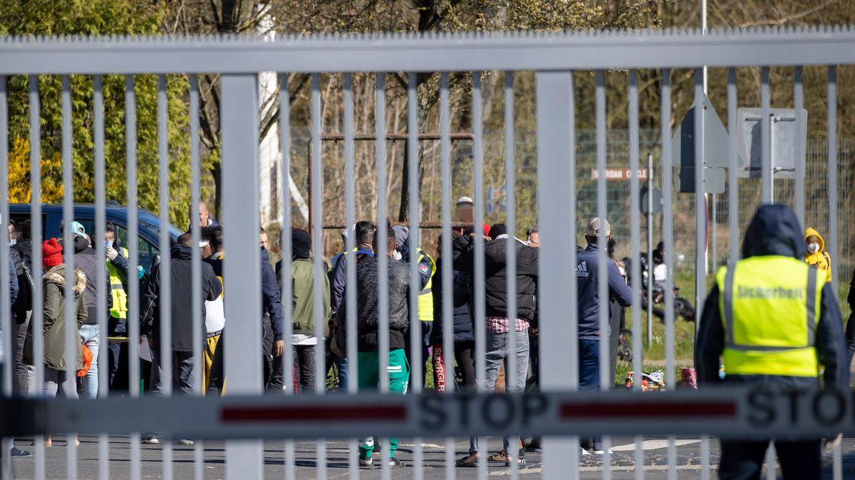 Bewohner hinter angesperrtem Tor im Ankerzentrum Geldersheim bei Schweinfurt