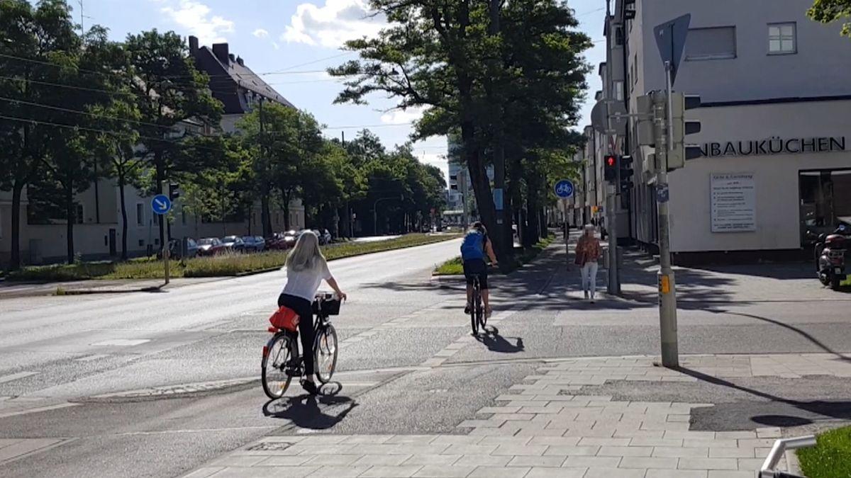 Radfahrerin überquert Straße trotz Rotlicht