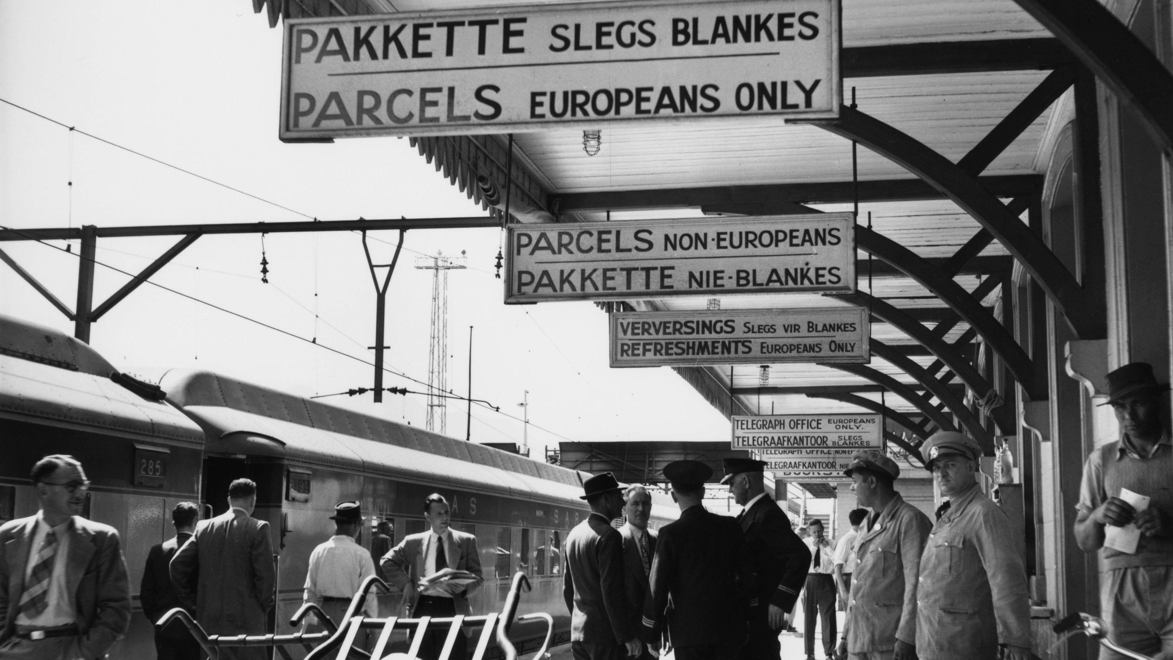 Nelspruit, Südafrika: Bahnsteig mit Beschilderung der Rassentrennung (Foto von 1965)