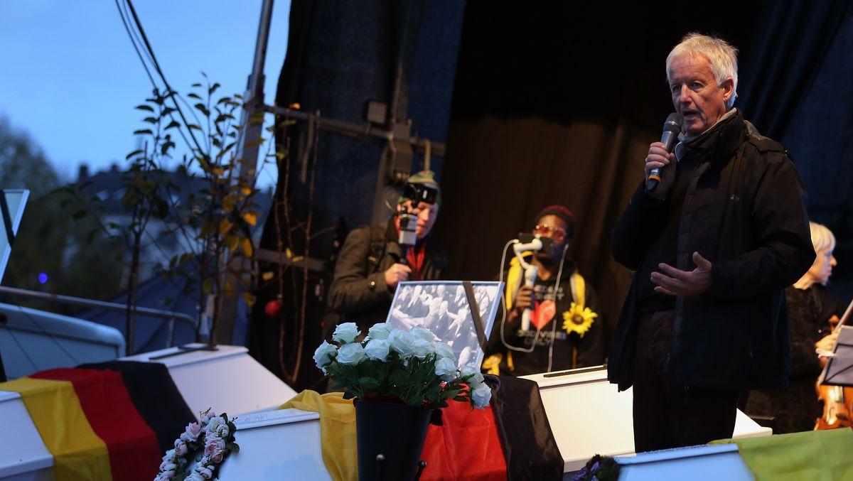 Jürgen Fliege, Ex-Fernsehpfarrer und Moderator, spricht bei einer Demonstration gegen die Corona-Maßnahmen auf der Theresienwiese hinter drei symbolischen Särgen.