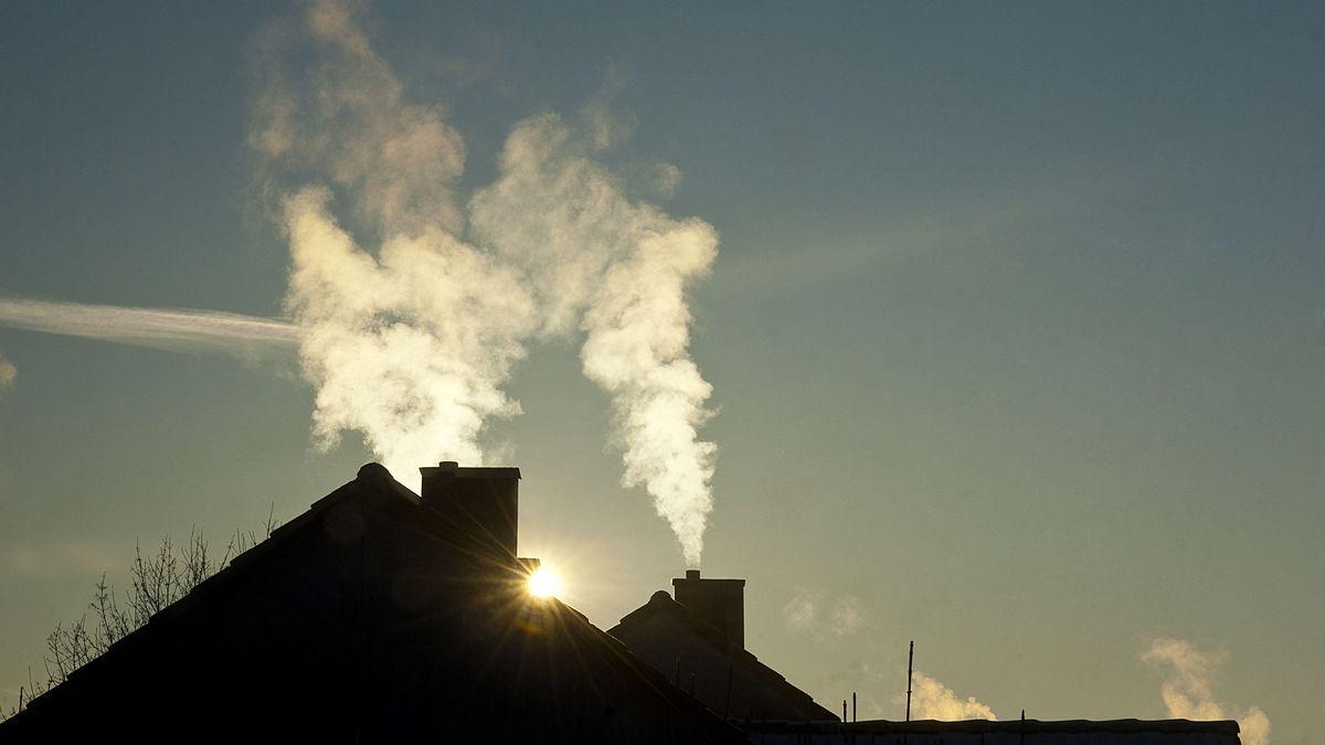 Probleme mit CO2-Ausstoß und Luftreinhaltung: Rauchender Kamin.