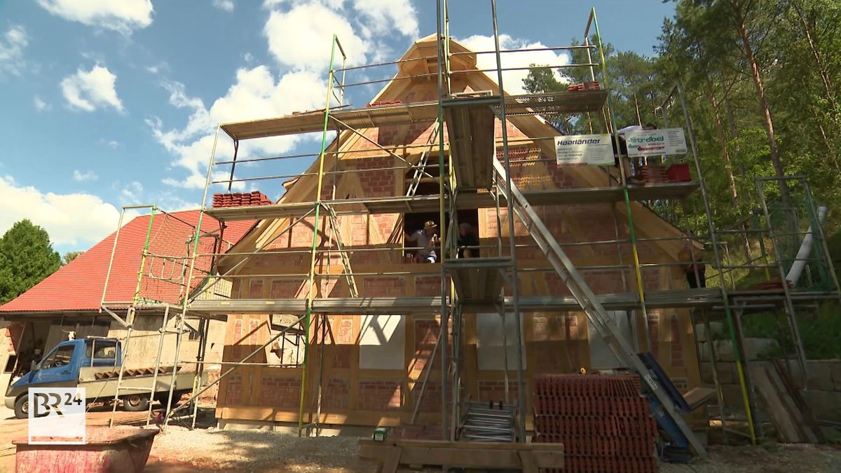 Gerüst um den Rohbau eines Fachwerkhauses in Schwarzenbruck.