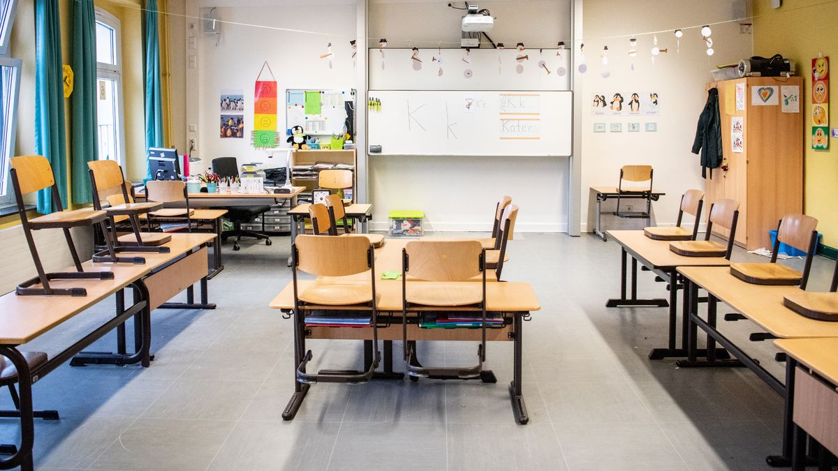 Schülerinnen und Schüler, die innerhalb der letzten zwei Wochen ein Risikogebiet besucht haben, sollen nicht zum Unterricht kommen.