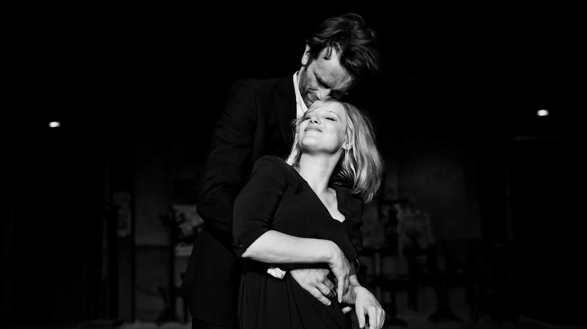 """Sachwarz-weiß-Bild von Zula (Joanna Kulig) und Wiktor (Tomasz Kot), die sich leidenschaftlich umarmen, Szene aus """"Cold War"""""""