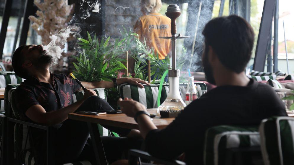 Zwei Männer rauchen Shisha | Bild:picture alliance / NurPhoto