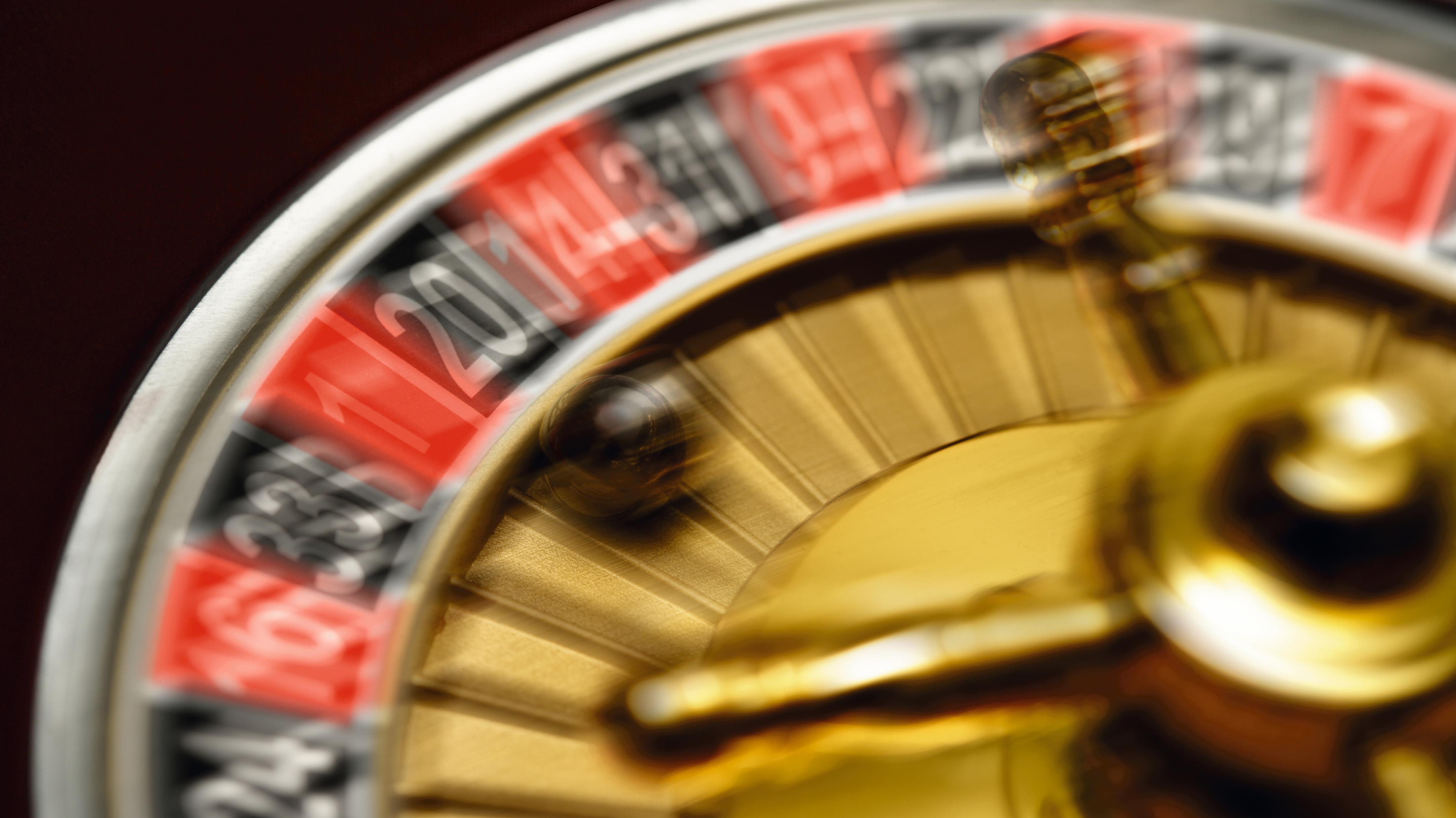 Ein schwarze Kugel in einem sich drehenden Roulettekessel