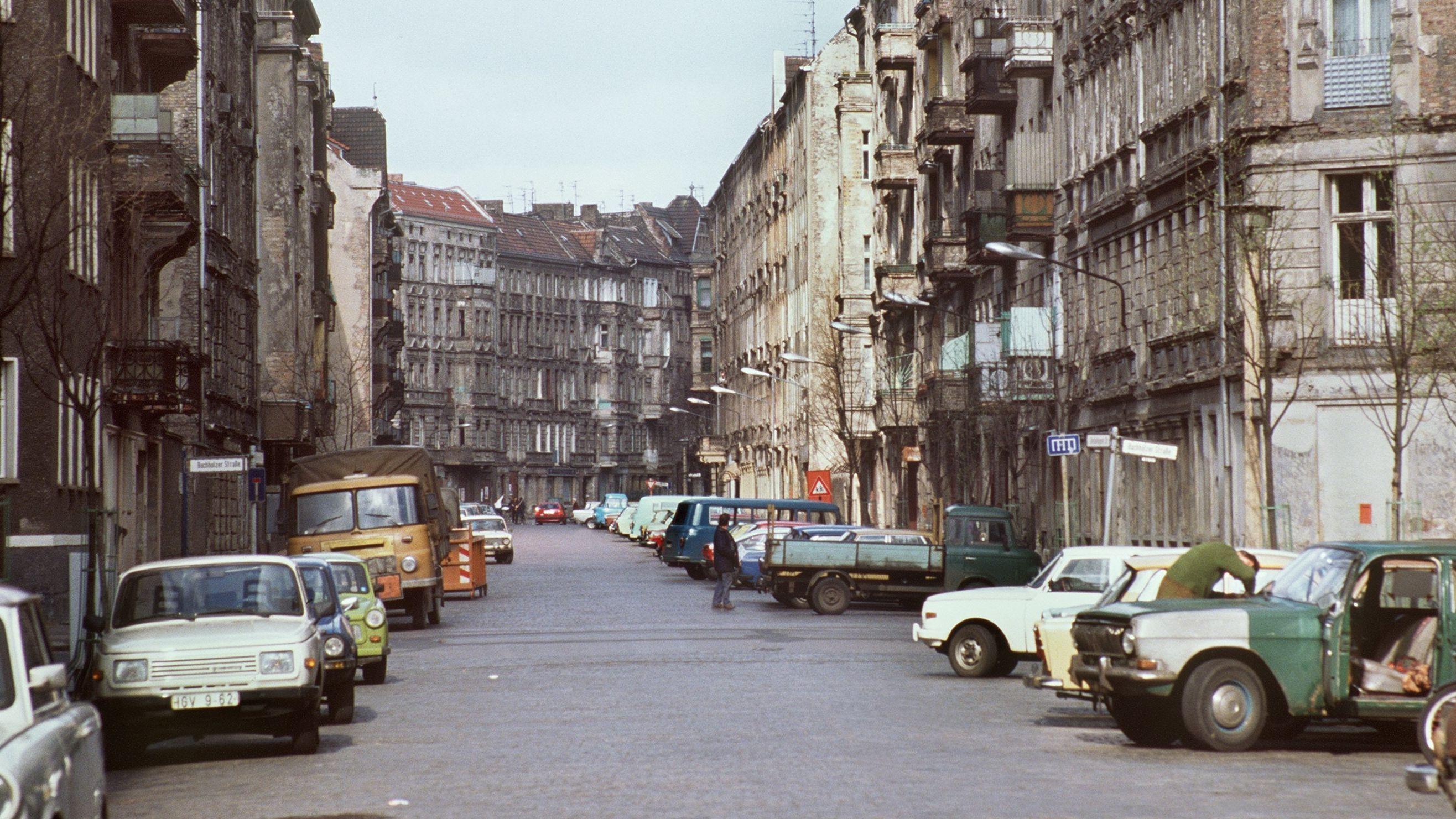 Straßenszene im Prenzlauer Berg 1990 (renovierungsbedürftige Häuser, Autos auf der Straße)