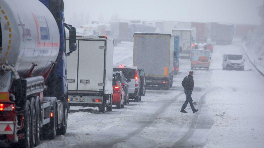 Schnee und Stau auf Autobahnen.