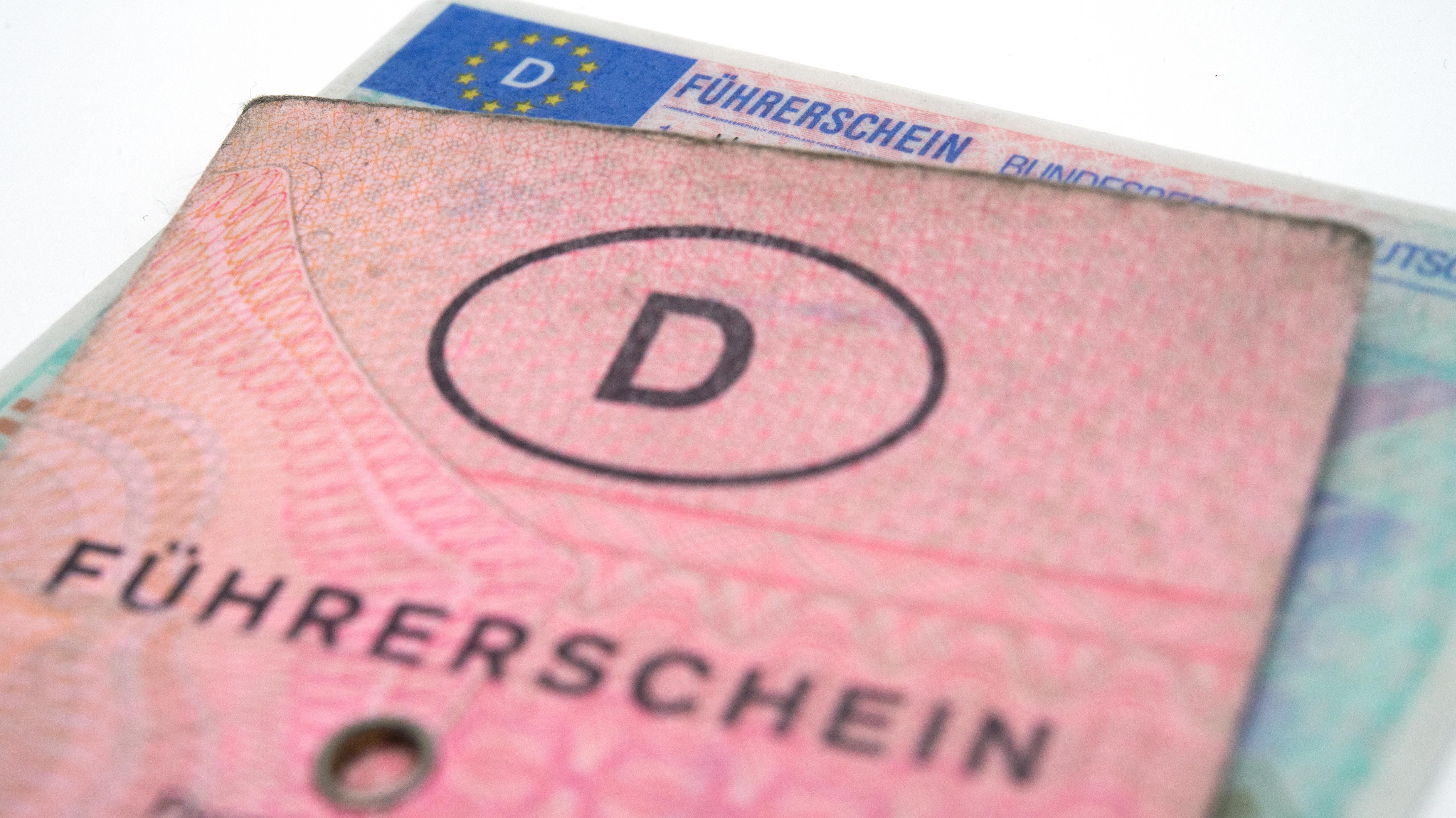 Alter und neuer Führerschein (Symbolbild)