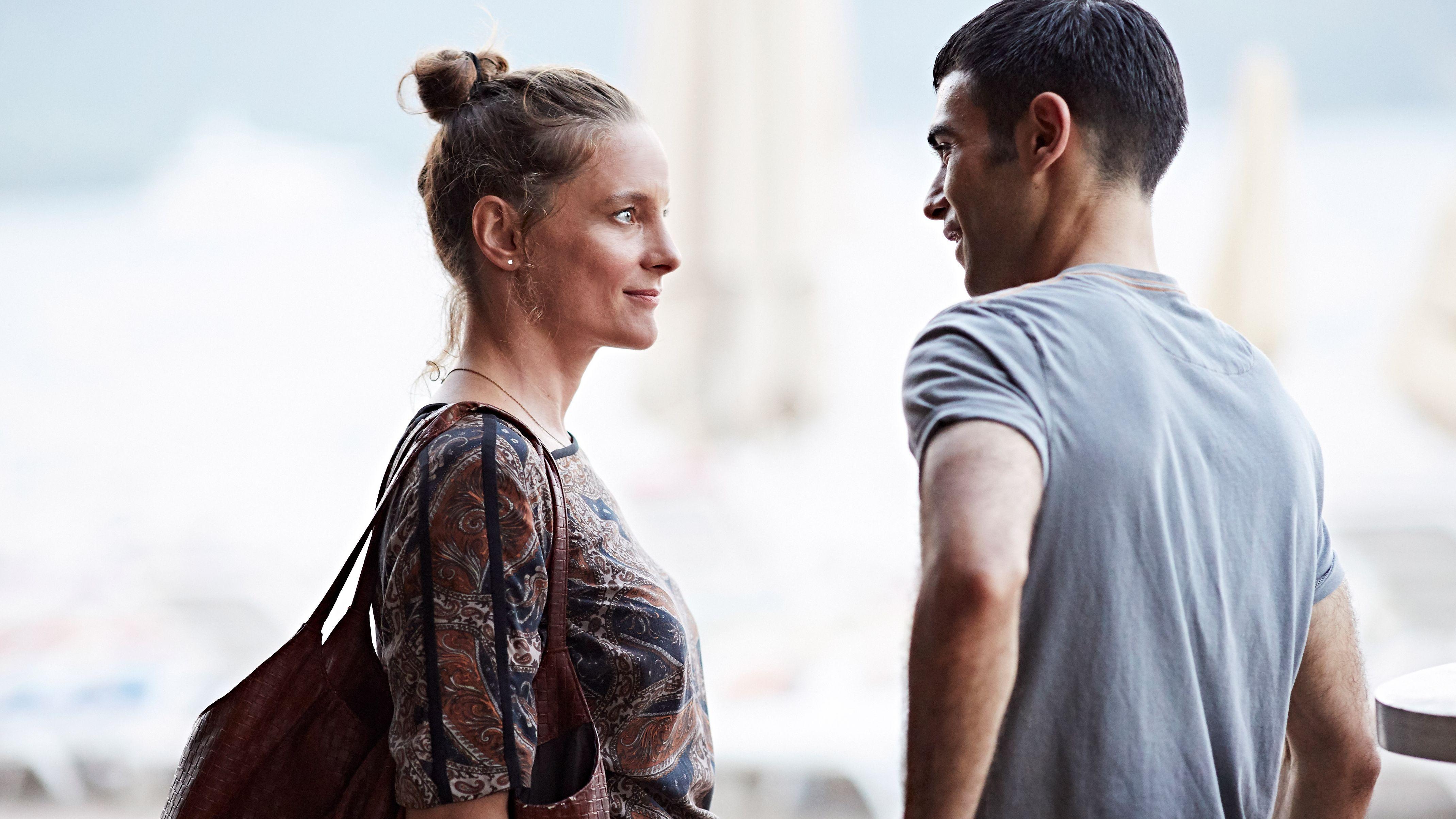 """Filmstill aus """"Es gilt das gesprochene Wort"""": Anne Ratte-Polle und Oğulcan Arman Uslu stehen sich gegenüber"""