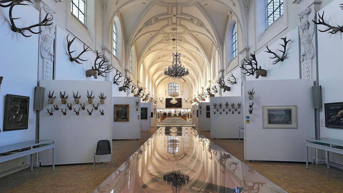 Weißer Saal und Geweihsammlung des Grafen Arco Zinneberg im Jagd- und Fischereimuseum, München