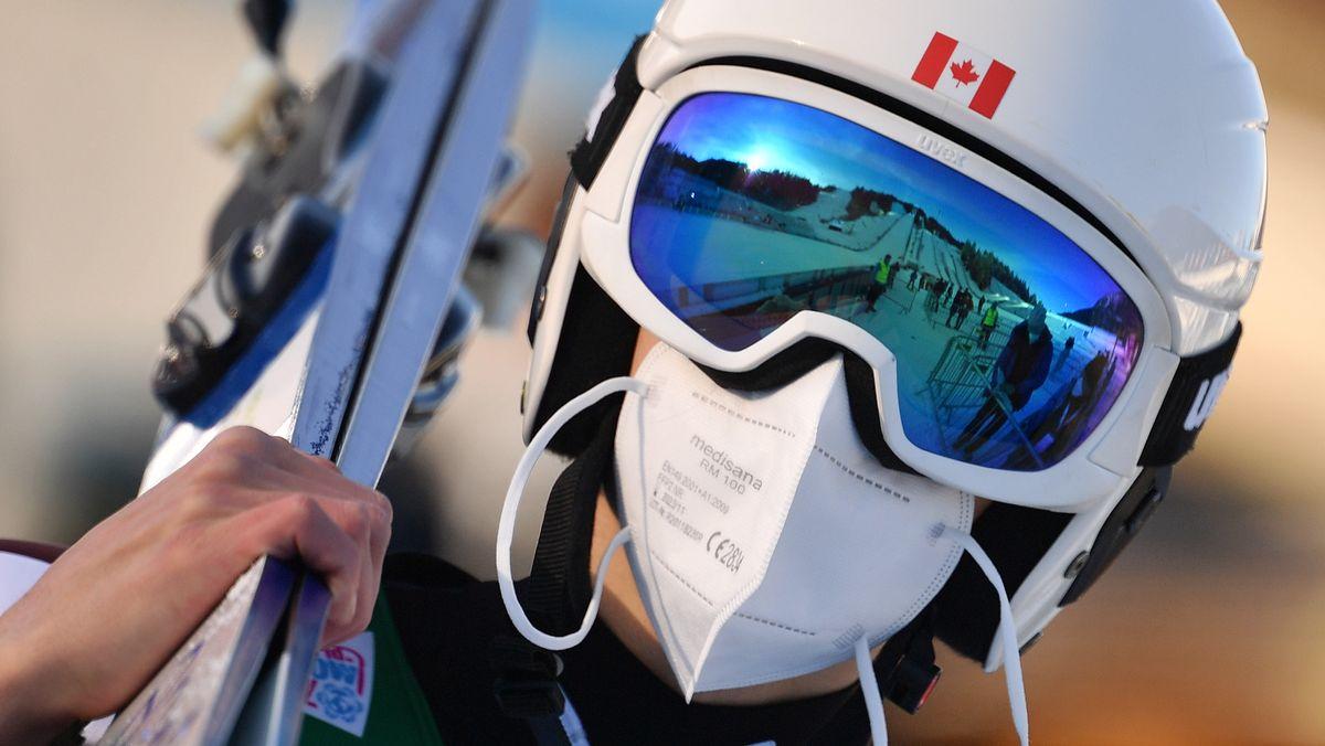 Skispringer mit Maske