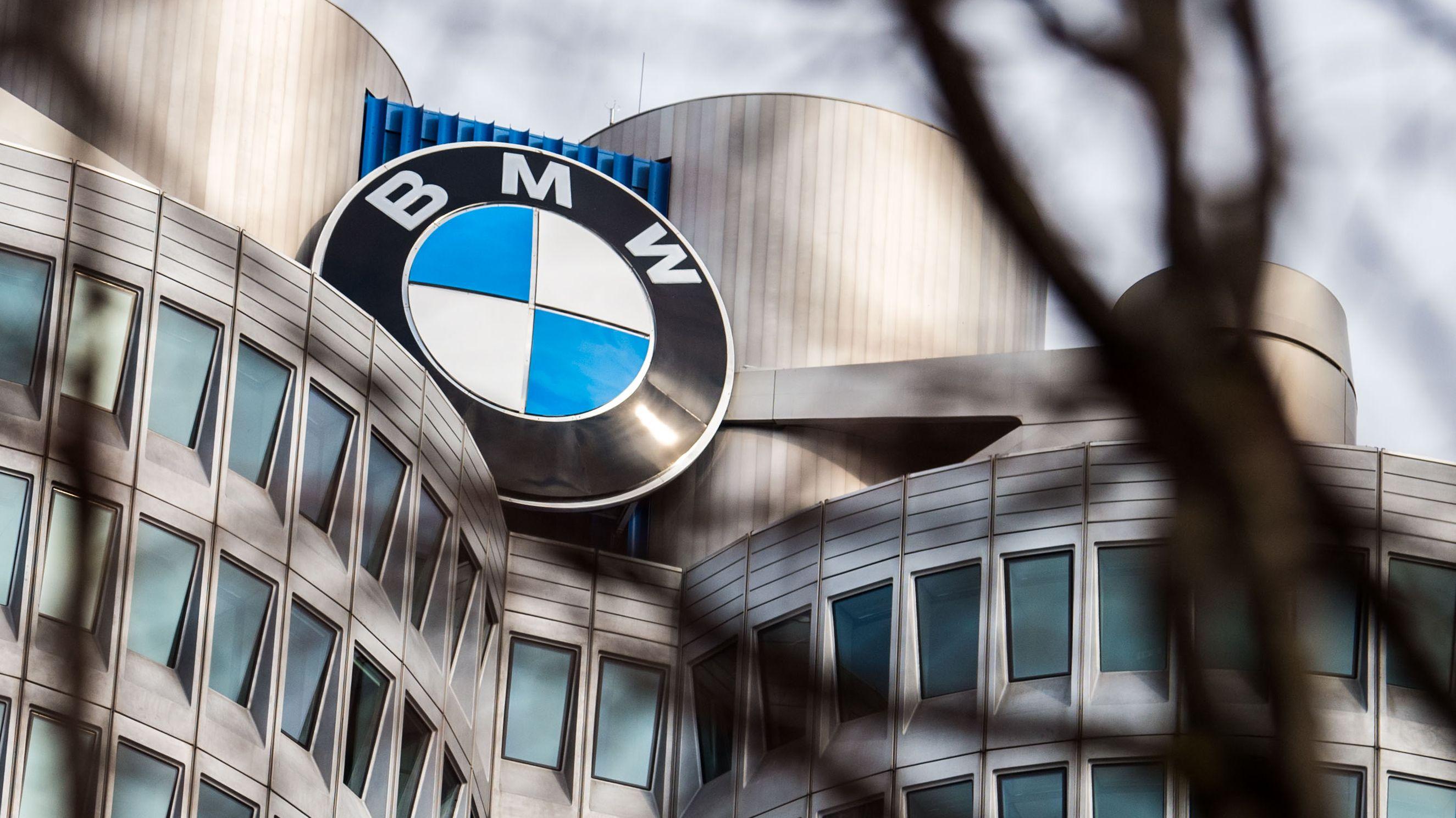 Der BMW-Turm in München mit dem Logo des Autobauers.