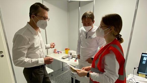 Sebastian Remelé beim Arztgespräch vor der Corona-Erstimpfung.