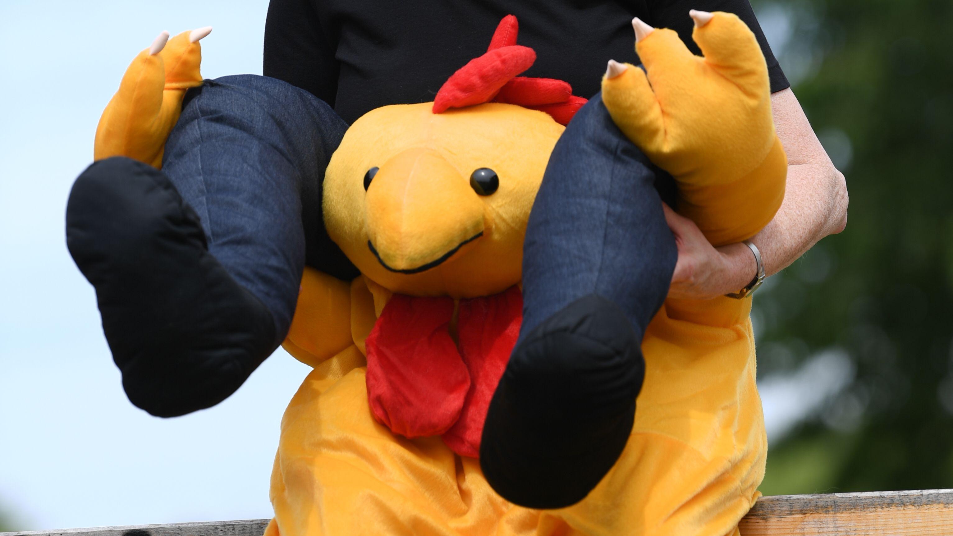 Die 6. Deutsche Gockelkrähmeisterschaft am 9. Juni 2019 in Göcklingen in Rheinland-Pfalz: In dem spaßigen Wettbewerb machen Menschen Hühner nach.