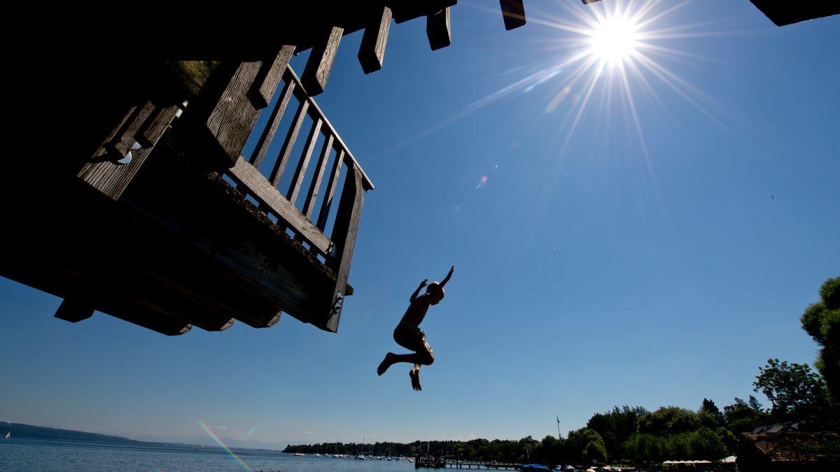 Kind springt in den Ammersee