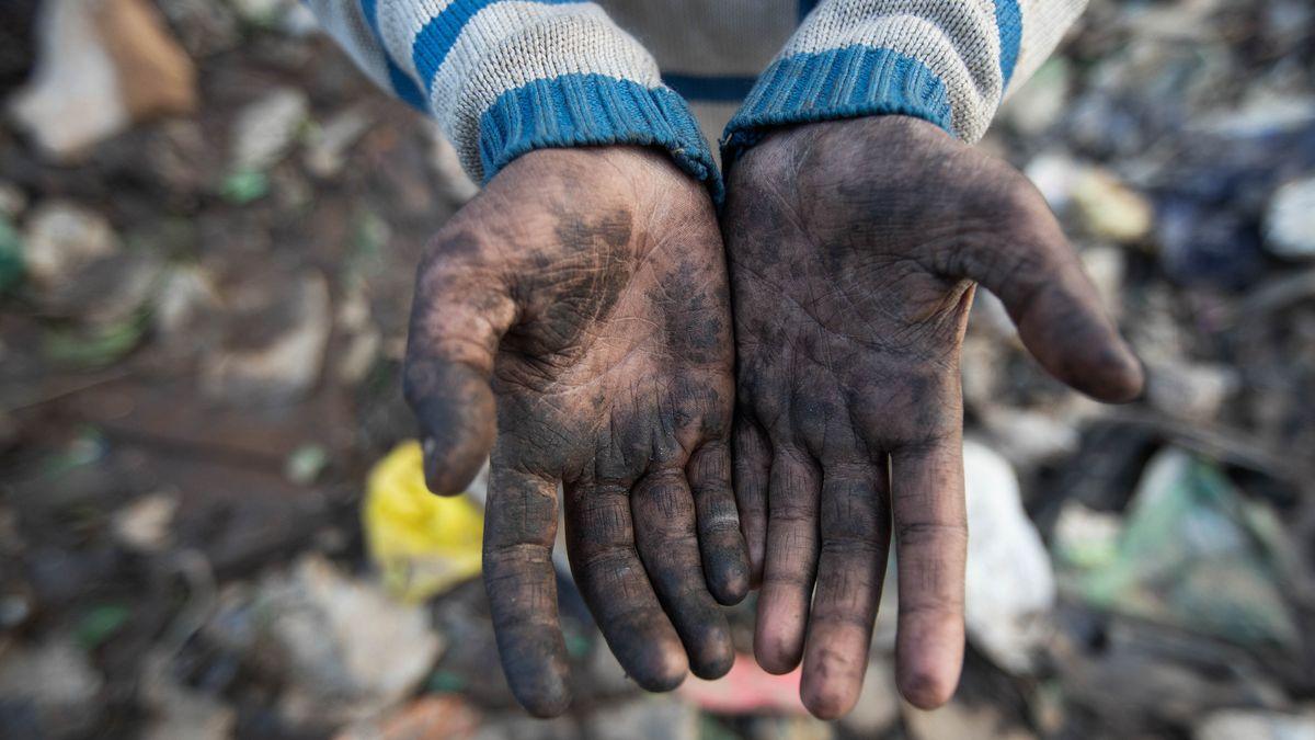 Nach der Arbeit schmutzige Kinderhände.