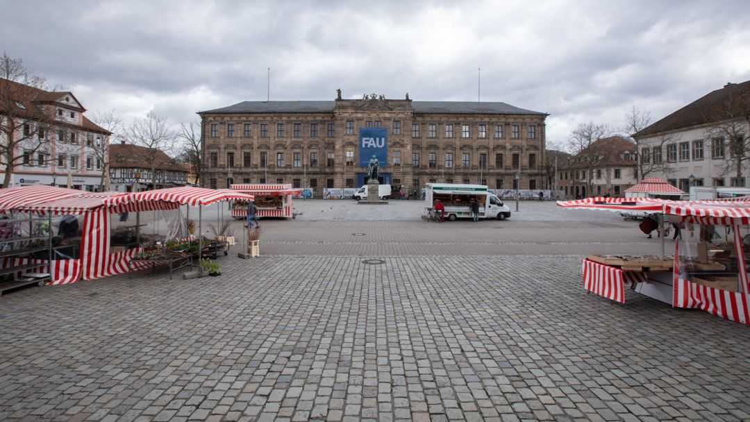 Das Erlanger Schloss, in dem sich die Verwaltung der Friedrich-Alexander-Universität befindet, mit Marktständen im Vordergrund
