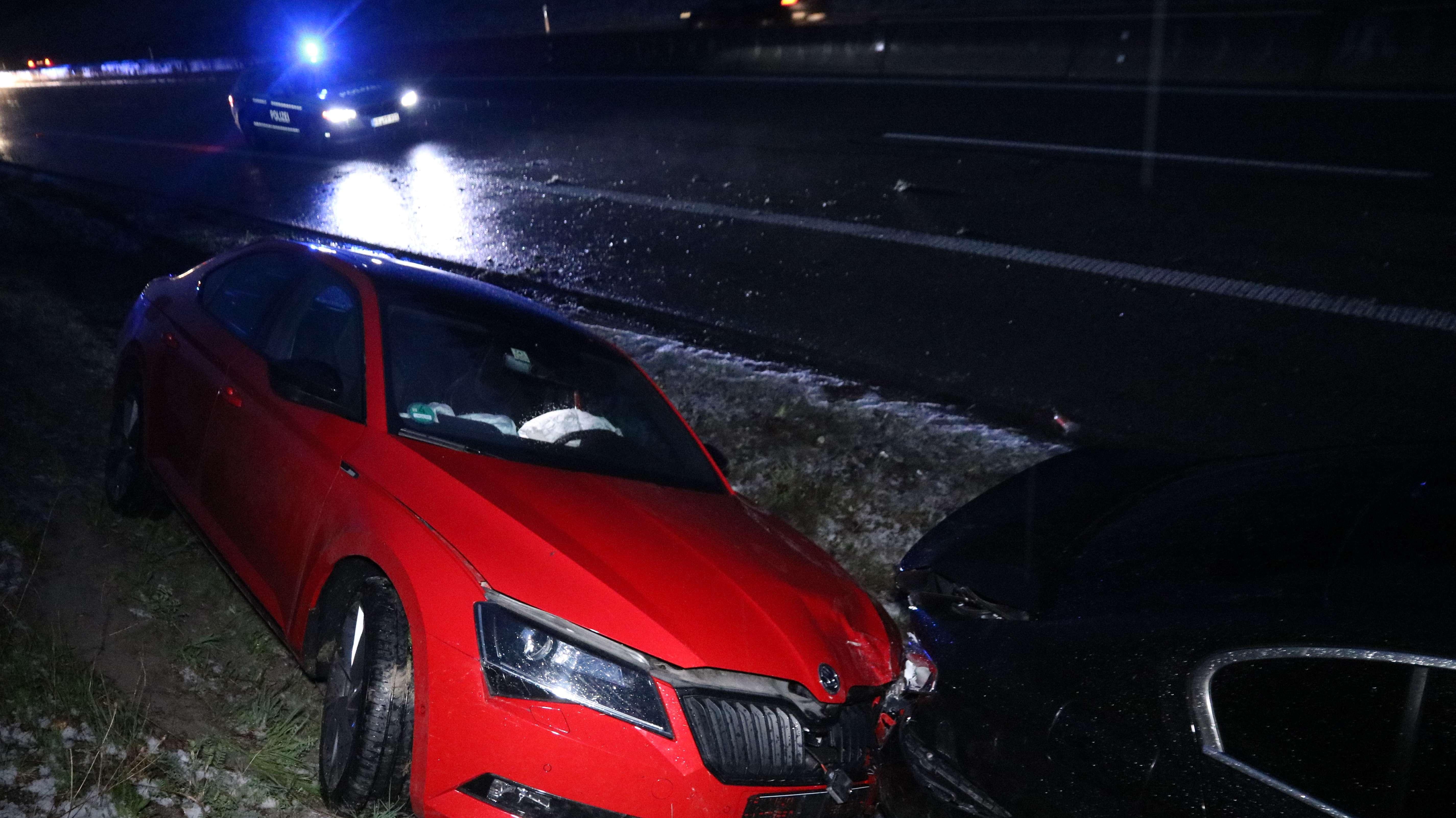 Zwei Unfallfahrzeuge am Autobahnrand und ein Polizeifahrzeug auf der rechten Spur der A7