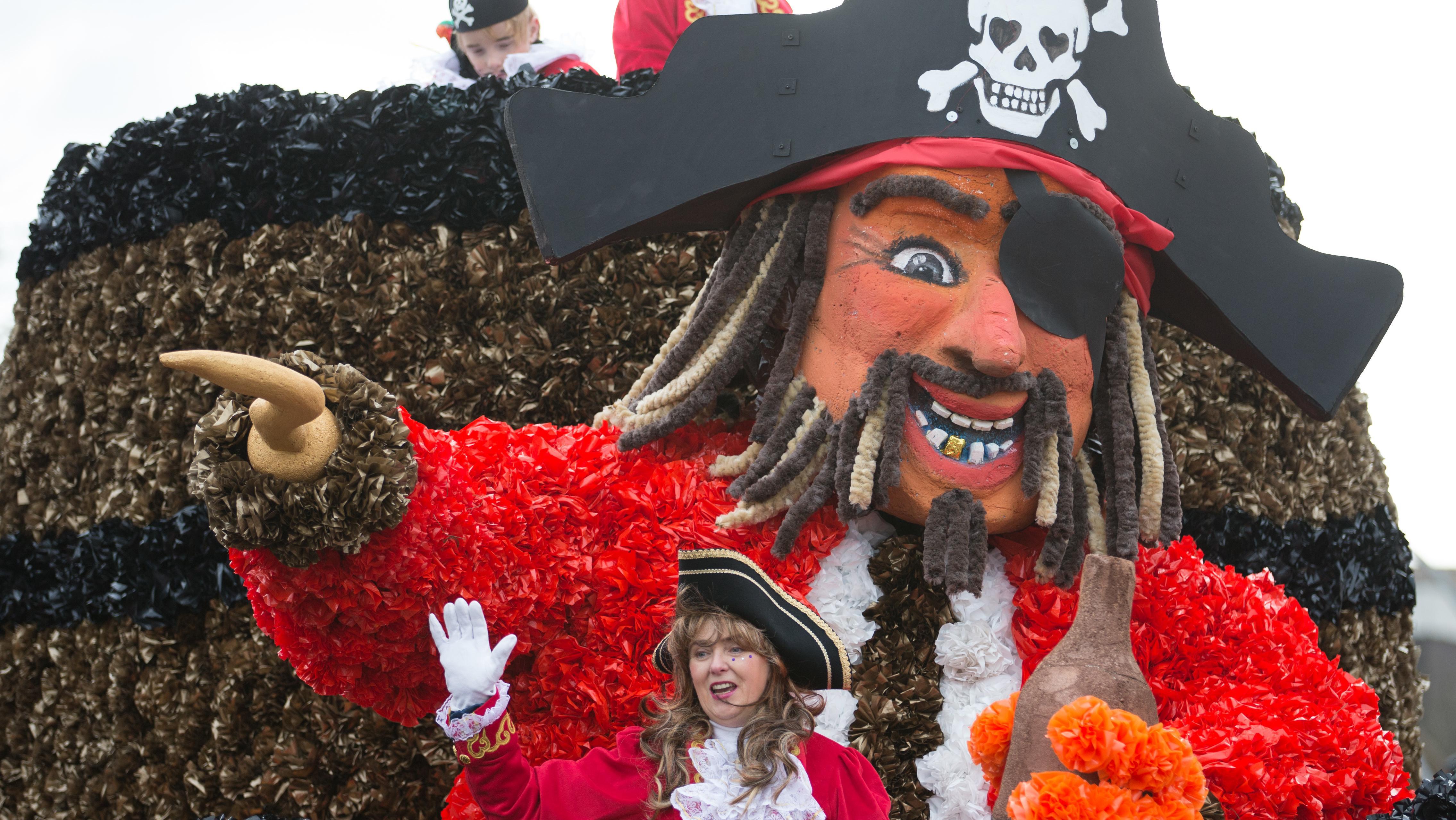 Eine Piraten-Puppe beim Karnevalsumzug