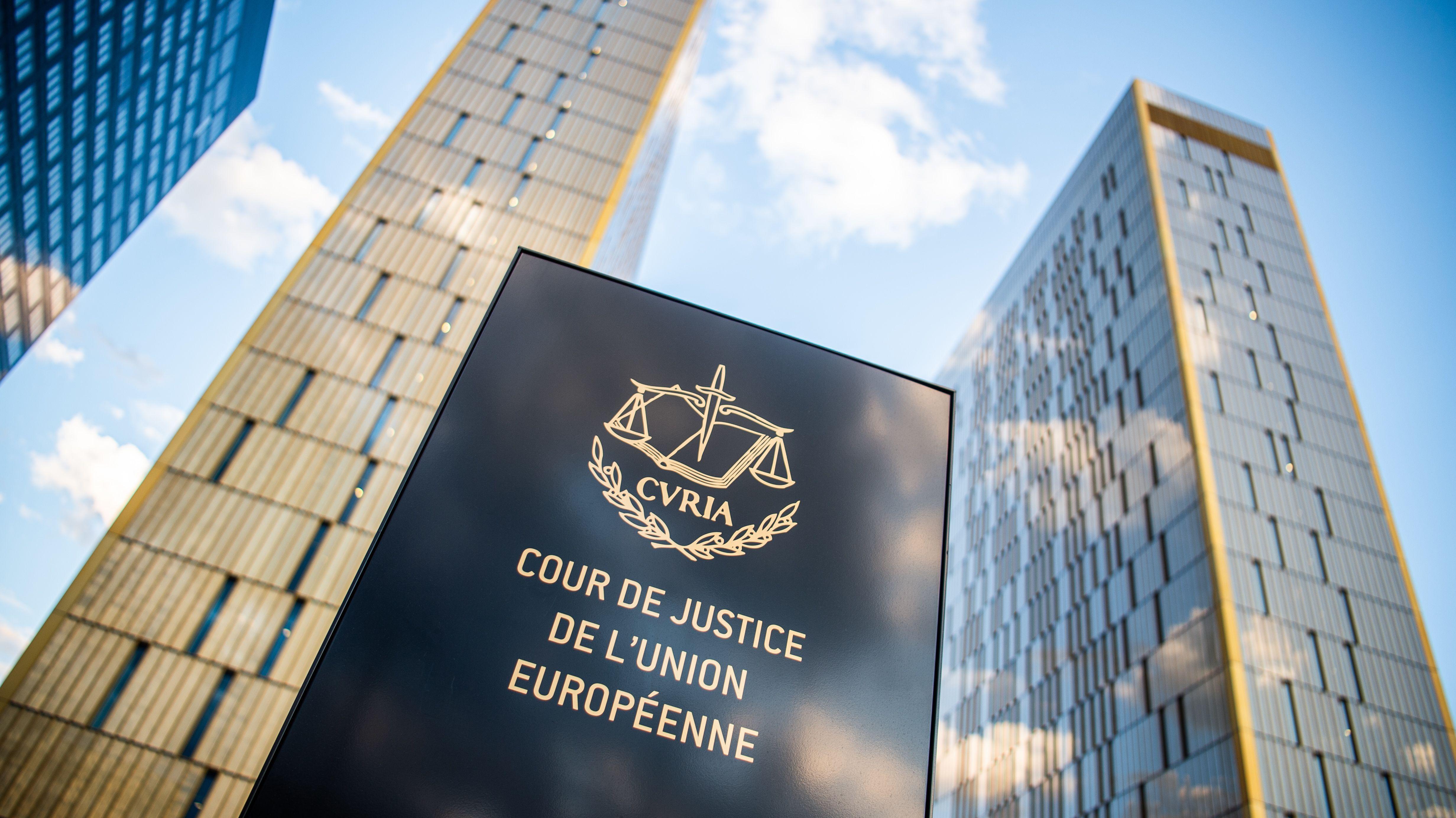 """Bürotürmen des Europäischen Gerichtshofs mit der Aufschrift """"Cour de Justice de l'union Européene"""""""