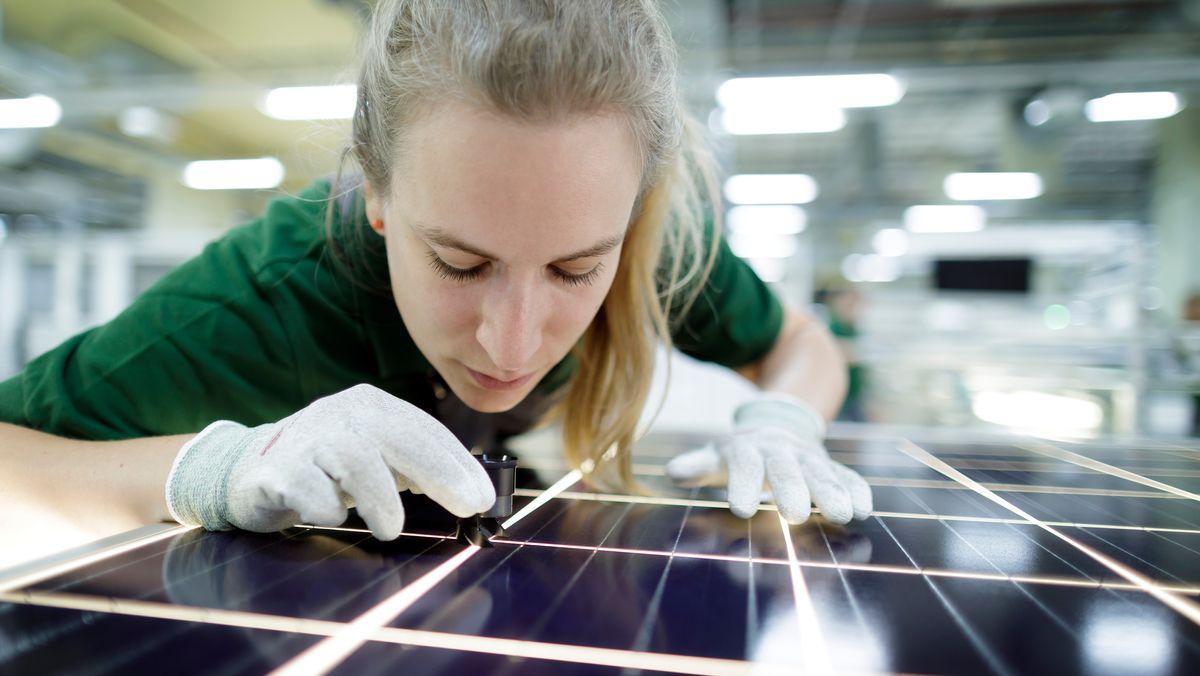 Frau in Photovoltaik-Produktion (Symbolbild)