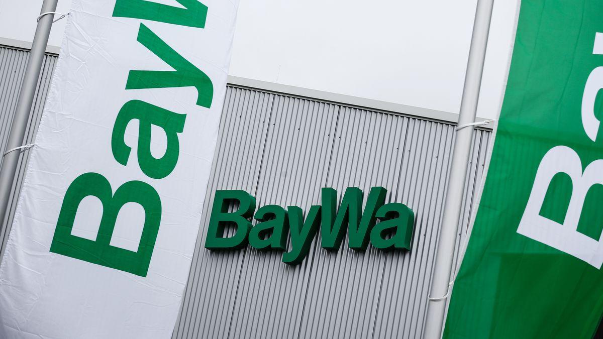 Baywa-Fahnen wehen vor einem Technik-Zentrum der Baywa AG