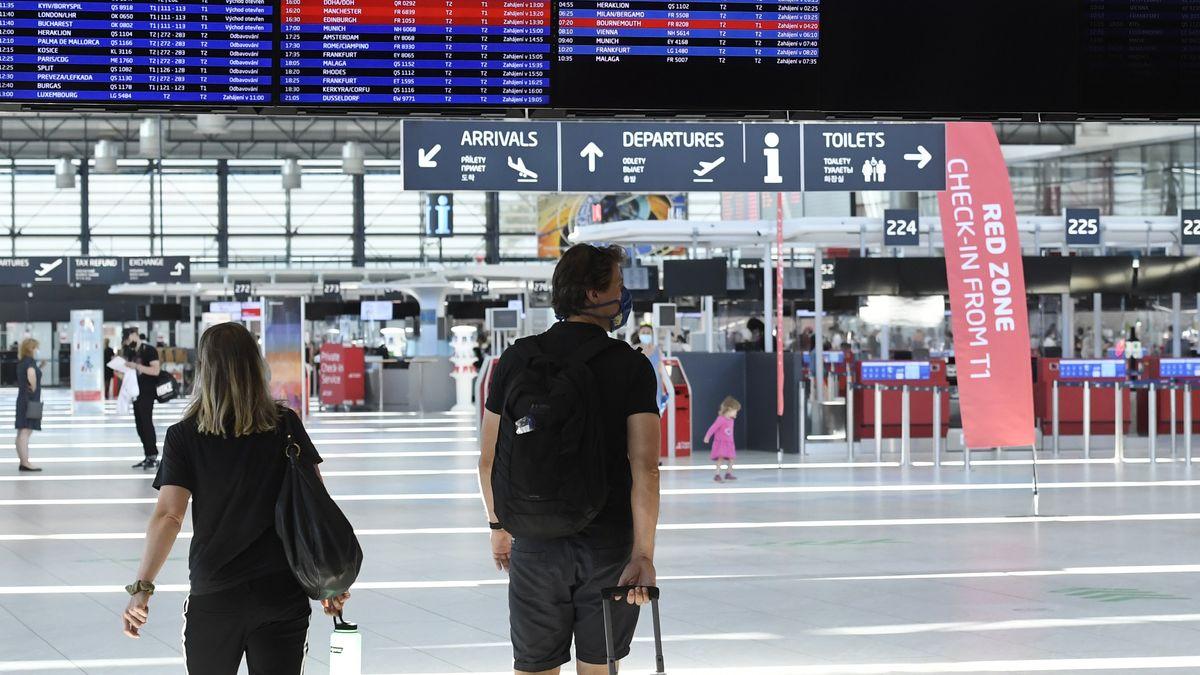 Symbolbild am Flughafen mit Touristen