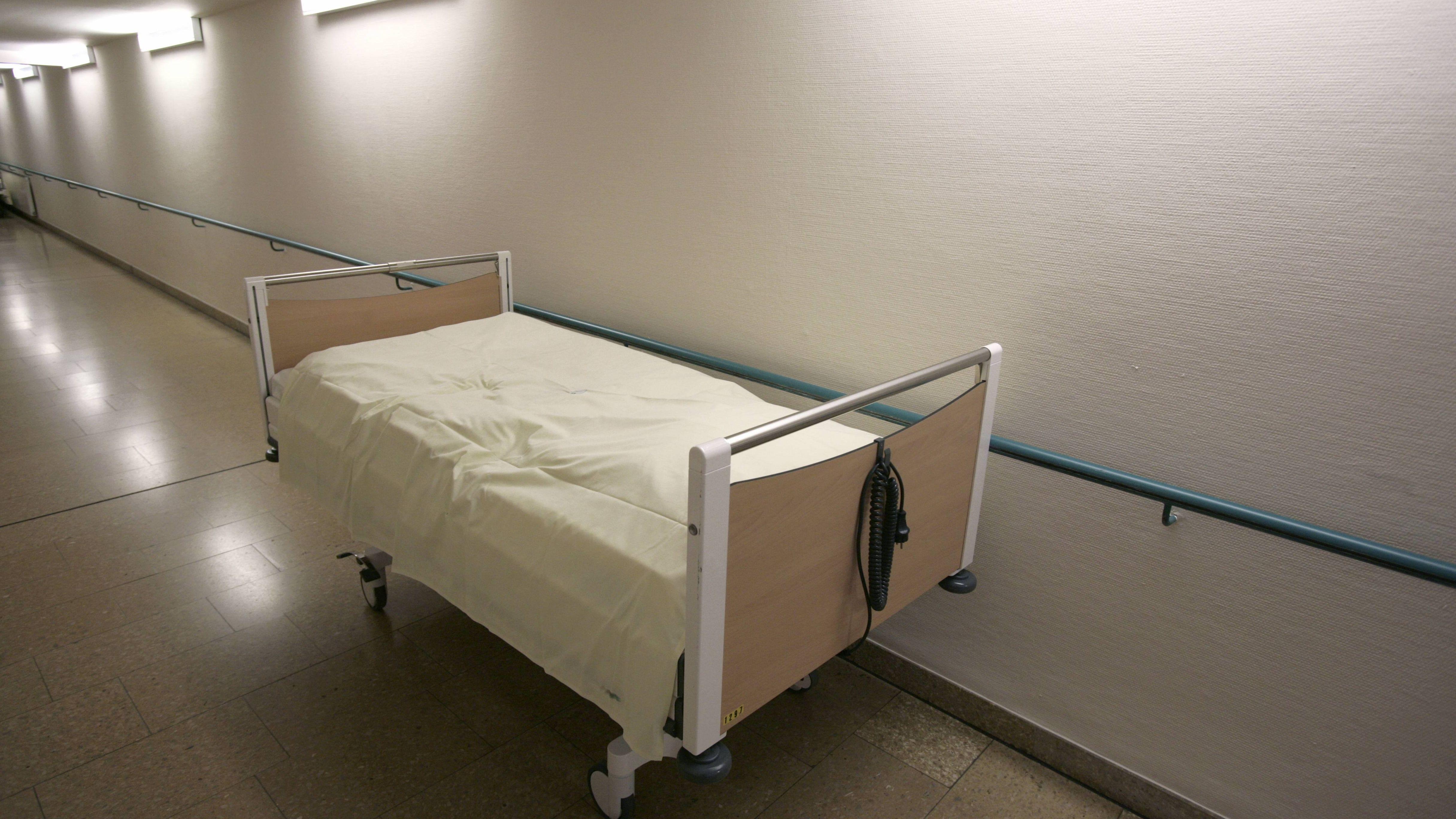Ein leeres Krankenhausbett. Die Kliniken Nordoberpfalz AG steckt seit Monaten in der Krise.