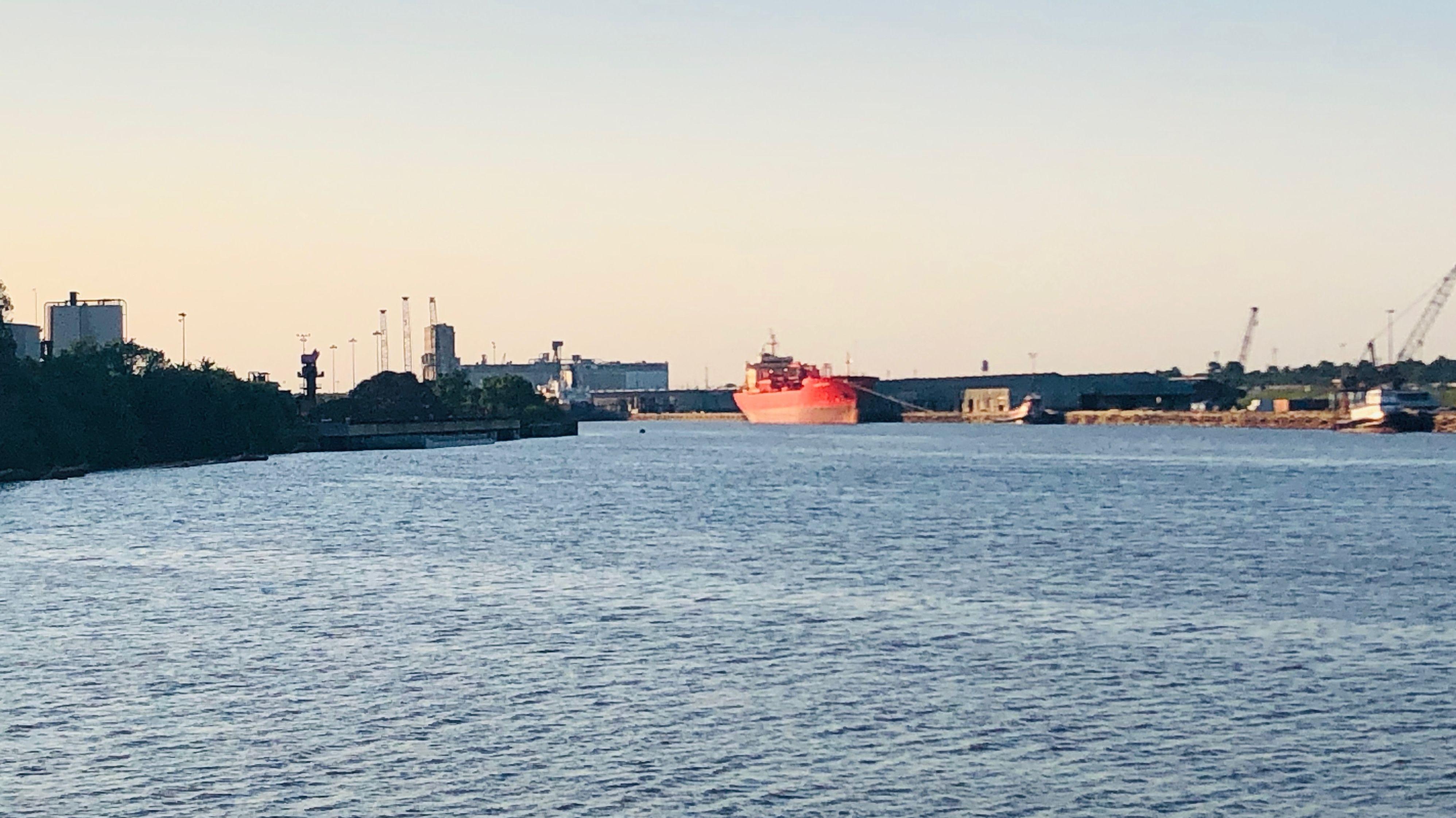Der Buffalo Bayou Fluss auch genannt - Houston Schiffskanal. Eine der am schnellsten wachsenden Regionen für Öl- und Gasgeschäfte der Welt.