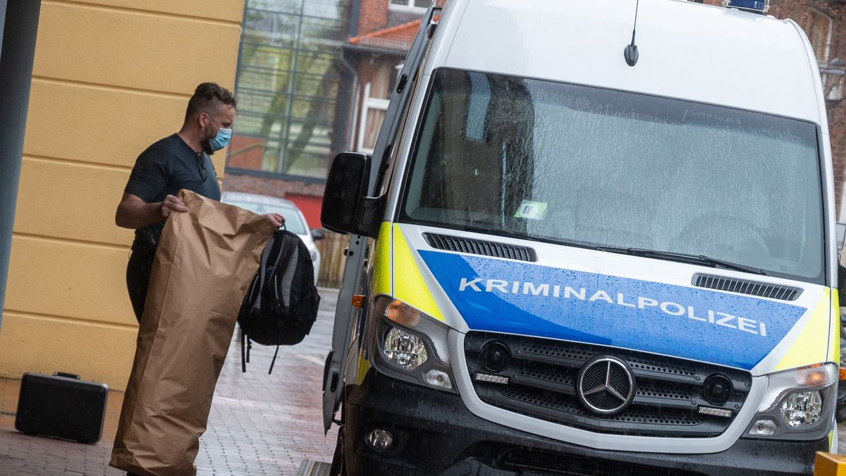 Ein Mitarbeiter der Kriminalpolizei bringt Gegenstände auf dem Gelände einer Potsdamer Klinik in ein Polizeiauto.