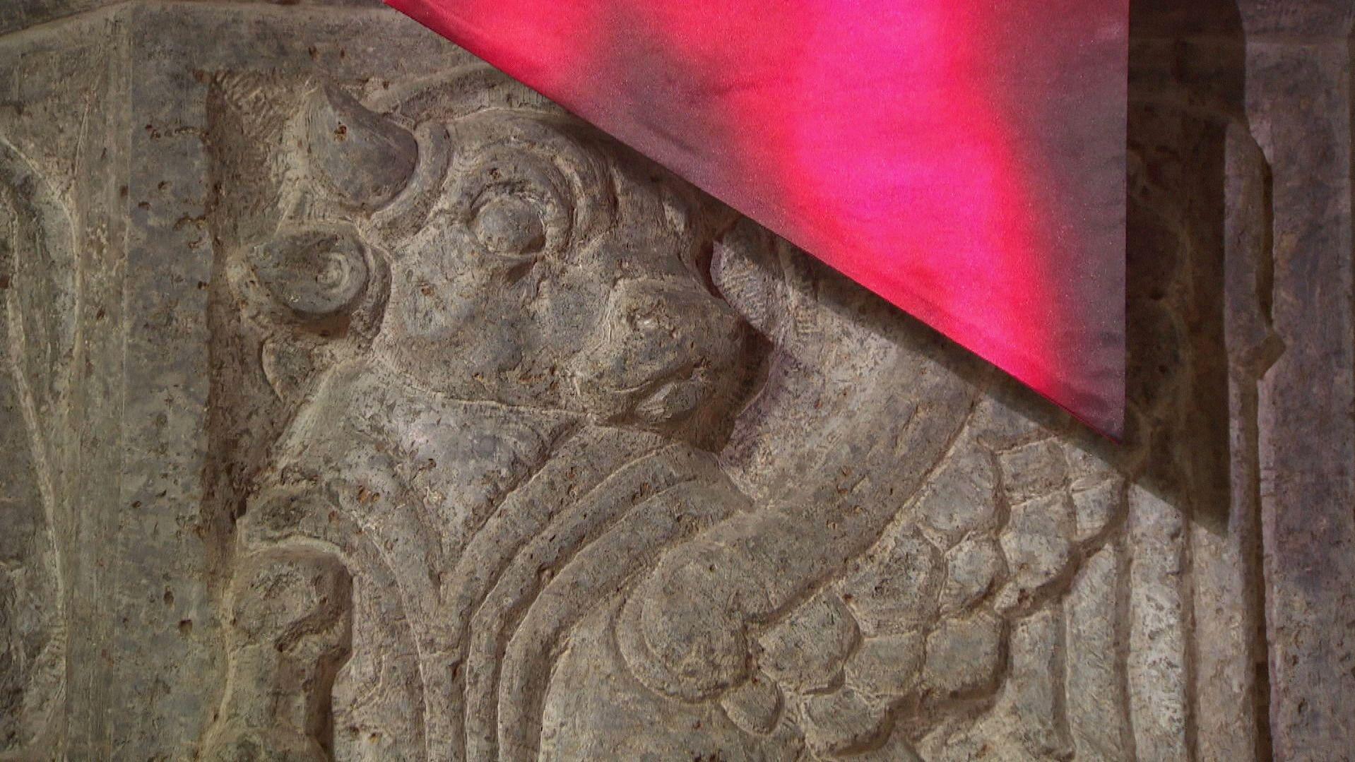 Moderne Paramente geben selbst einem alten Altar einen frischen Look.